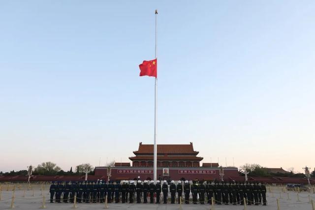 今晨天安门广场降半旗,共悼逝者,寄托哀思