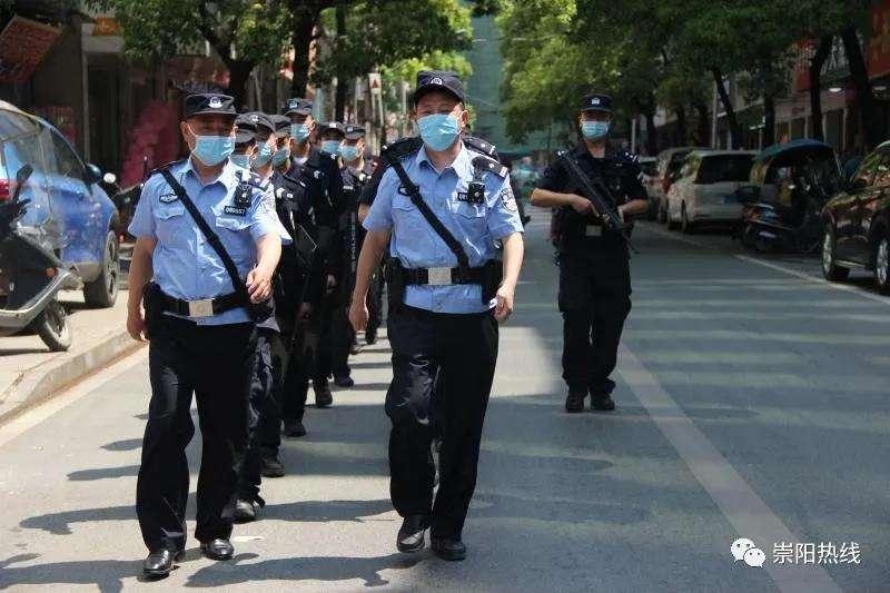 崇阳公安启动一级勤务模式,百余警力不休息街面武装巡逻