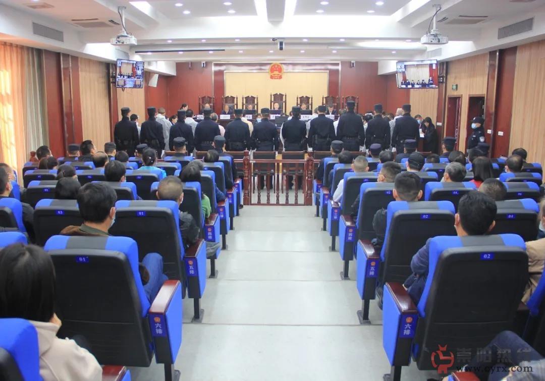 """强迫交易,敲诈勒索!崇阳11名""""砂霸 """"在崇阳县法院公开审理"""