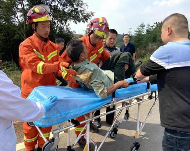 崇阳六旬老人不慎掉进2米深坑 消防员实施紧急救援