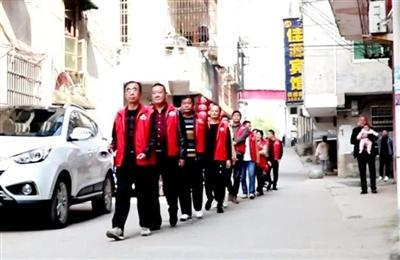 """崇阳中津洲社区:有群暖心的""""红马甲"""""""